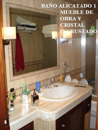 Mueble de baño de obra y cristal incrustado pared